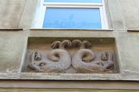 Барельєфи дельфінів - символу удачі в середні віки