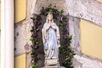 Скульптура Діви Марії на куті кам'яниці у Львові