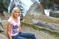 Туристка на фоні водоспаду Кам'янка