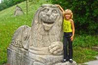 З кам'яним левом в замковому парку, Олесько