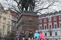 Учні школи №3 (м.Новомосковськ) біля монументу королю Данилу