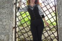 Туристка на фоні  середньовічної замкової хвіртки