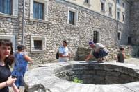 Замковий колодязь нижчого подвір'я замку в Свіржі